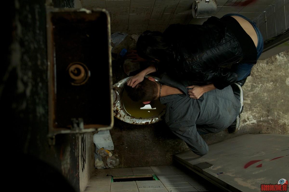насилуют девушку в гараже: